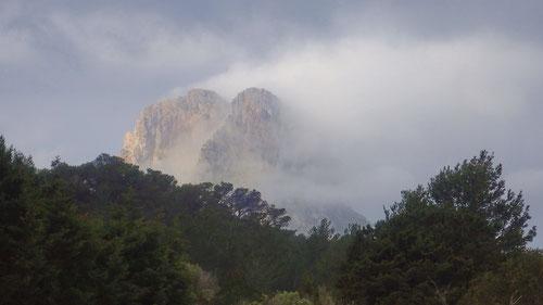 Die Insel Es Vedrà im Nebelkleid