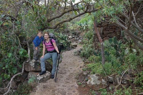 Gute Laune auf dem Weg durch den Kaktusgarten.