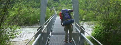 Los geht's - das Gepäck ist alles in den Rucksäcken verstaut. Auf einer der zahlreichen Brücken, auf welchen mann die Maggia überqueren kann.