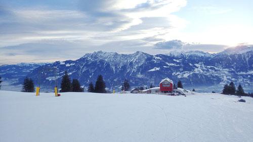 Blick auf den Ausgangspunkt. Das Berghaus Malbun mit dem Skilift.