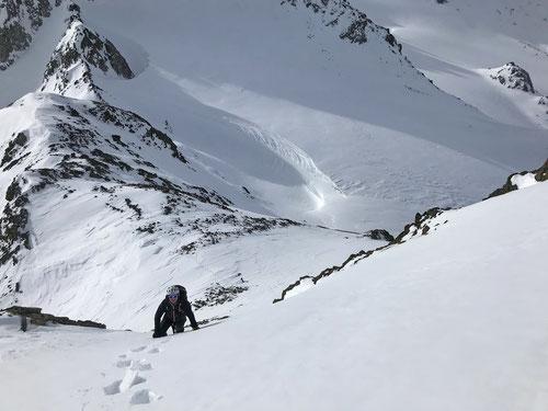 Der letzte Gipfelaufstieg mit Steigeisen und Pickel im perfekten Firn.