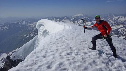 Am Gipfel hat man einen imposanten Blick auf die riesige Wechte.