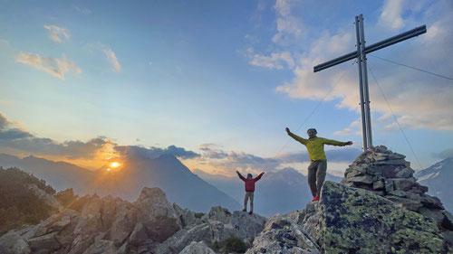 Am Gipfelkreuz des Sunnig Grats.