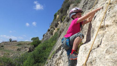 10/2019: Emilia klettert Ihre erste 4b auf der Insel Gozo (MLT)