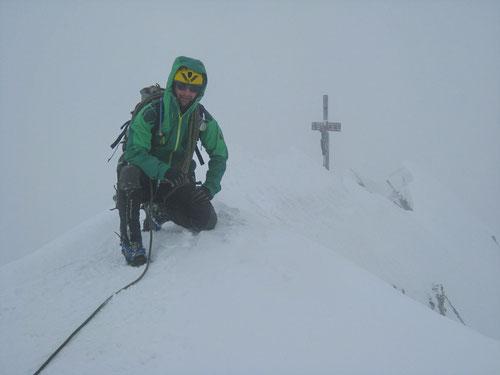 4545m - Top of Switzerland. Im Hintergrund das begehrte Gipfelkreuz.