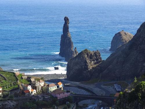 Blick hinunter zur Küste nahe Ribeira da Janela