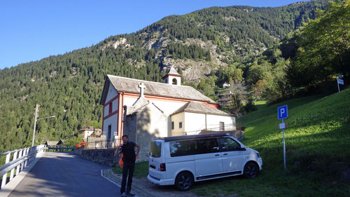 Ausgangspunkt: Die Kirche bei Freggio. Im Hintergrund die Felsplatten der Via del Veterano.