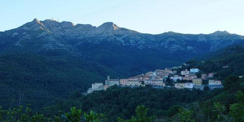 Marciana mit dem Monte Capanne bei Sonnenuntergang.