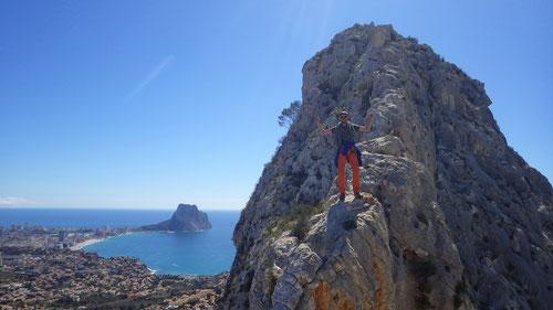 Dominik auf der Krete kurz vor der höchsten Erhebung des Toix. Links hinten die Felsnase von Calpe.