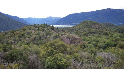 Aussicht auf den Lago Maggiore. Im Vordergrund der Kletterspot Al Stagn mit dem Felsklotz Pozz di Butt.