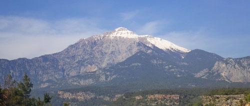 Noch ist der Tahtalı (2365m) schneebedeckt.