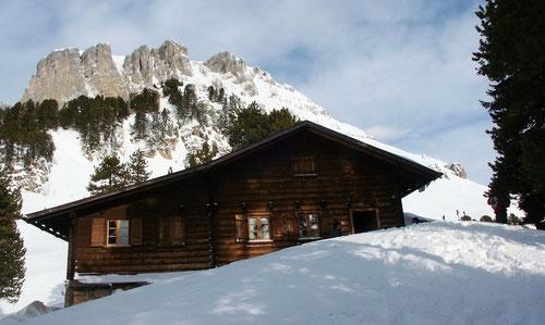 Die Hohganthütte - Im Hintergrund der Gipfel (2197m)