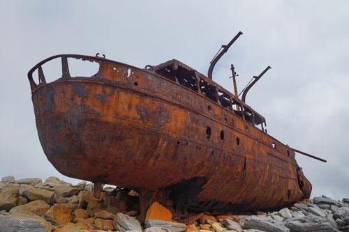 Ein altes, rostiges Schiffswrack im Osten der Insel