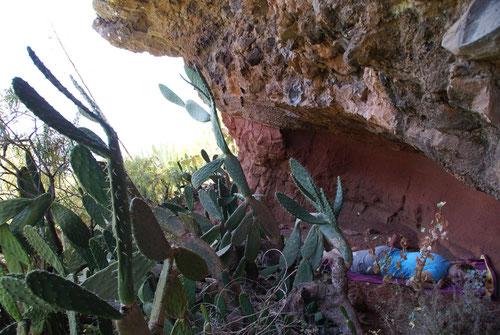 Endlich - eine Höhle bietet Schatten und lädt zum Ruhen ein.