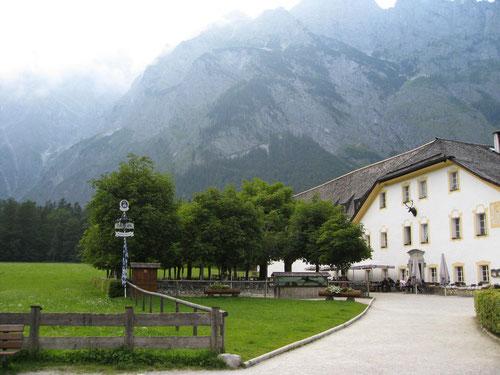 Das verlassene Wirtshaus in St. Bartholomä. Links hinten im Nebel die Watzmann Ostwand.