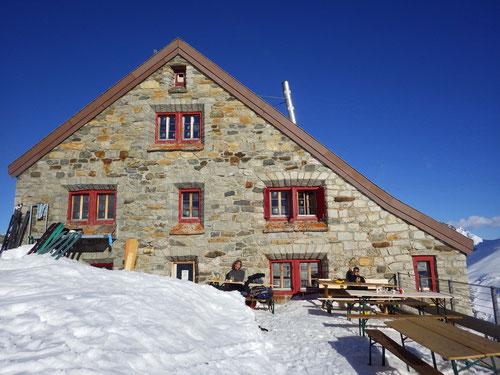 Die Rotondohütte mit einer Terrasse aus dem Bilderbuch....