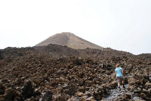 Durchs Lavafeld dem Gipfel entgegen.