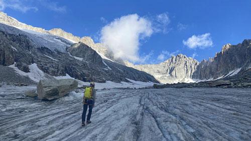 Auf dem Gletscher. In der Bildmitte der Tiefenstock.