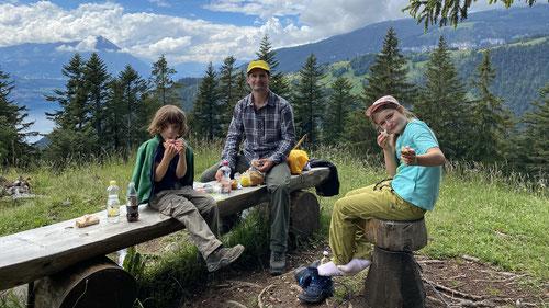 2020/06: Picknick-Pause auf dem Weg zum Harder Kulm (CH/BE)