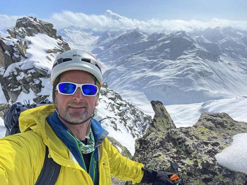 Der Grat ist erreicht. Nun gilt es nur noch wenige Meter bis zum Gipfel zu kraxeln.