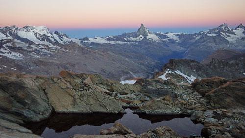 Auf dem Weg auf das Rimpfischhorn. Der Tag bricht an. Im Hintergrund das Matterhron.