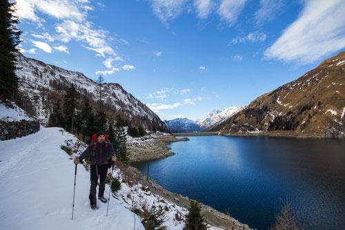 Olli am Wegrand des Lago di Luzzones.