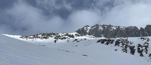 Blick auf den Piz Tiarms mit dem schneebedeckten West Couloir.