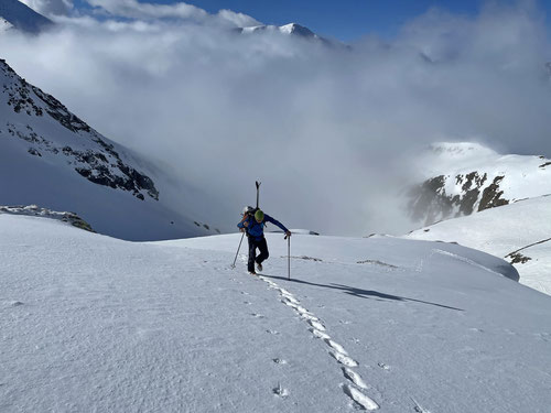 Einsamer Weg hinauf zur Gitziälpetlilücke. Hier kam seit dem letzten Schneefall noch niemand durch.