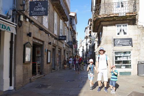 Unterwegs in den schmalen Gassen von Santiago de Compostela.