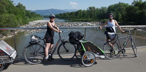Zwei Erwachsene, zwei Kinder, zwei Fahrräder, zwei Anhänger - TELO gehen rund um den Bodensee