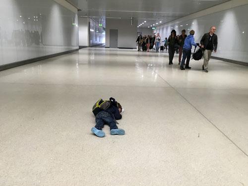 Luca am Flughafen. Er will nicht zur Gepäckausgabe!