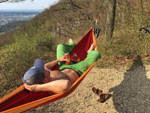 04/2019: Chillen in der Hängematte nach dem Klettern an der Falkenfluh (CH/SO)
