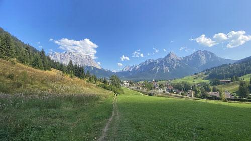 Kurz vor Ehrwald. Blick auf das grossartige Wetterstein Gebirge mit Zugspitze (ganz links)