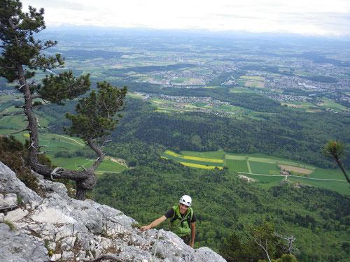 Ausstieg nach der letzten Seillänge - wir sind oben! Im Hintergrund das Mittelland und die Alpen.
