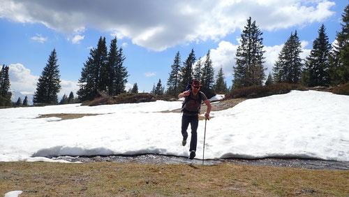 Immer wieder mussten wir über Wasserläufe springen und sanken bis zu den Knien im Schnee ein.