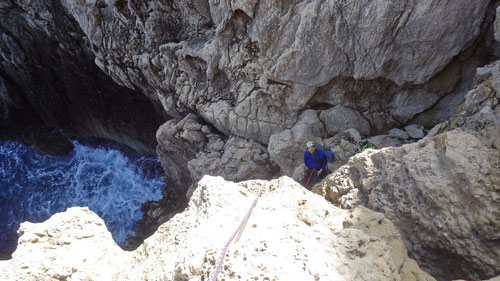 Olli in der Route Queso Suizo. Dominik am Sicherungsplatz oberhalb der Meeresbrandung.