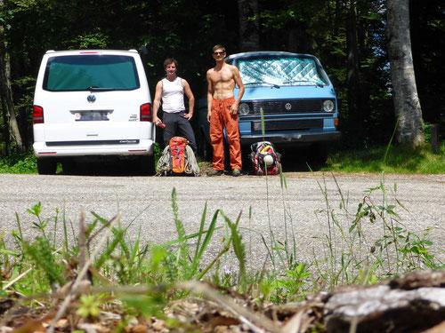 Die Dudes am Parkplatz auf der Strasse zum Mont Crosin.