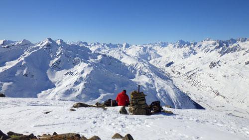 Sandro am flachen Gipfel des Rossbodenstocks auf 2'460m Höhe.