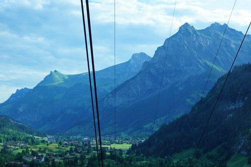 Mit der Seilbahn auf Sunnbüel. Im Talgrund liegt Kandersteg und rechts erhebt sich die Bire.
