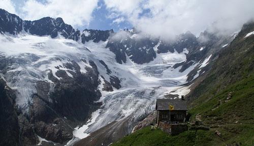 Die Chelenalphütte vor dem Chelengletscher