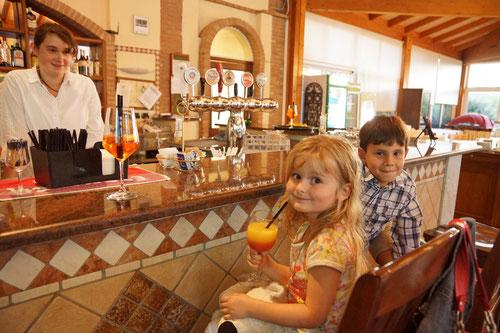 Emilia und Antonio an der Hotelbar