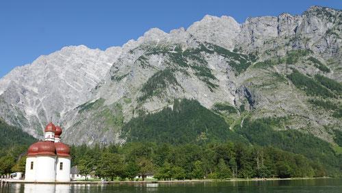 St. Bartholomä auf der Halbinsel Hirschau. Im Hintergrund die Watzmann-Ostwand.