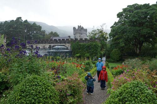 Im Schlossgarten des  Glenveagh Castle.
