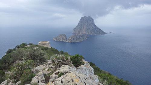 Der Torre del Pirata mit der Insel Es Vedrà im Hintergrund.