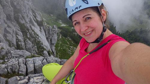 08/2019: Tanja auf dem Spitz des Gmelchturms der Kampenwand (D/RO)