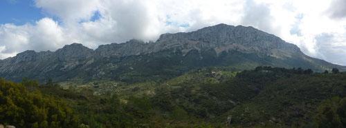 Der stolze Blick zurück auf die überquerte Sierra de Bernia.