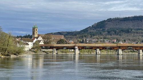 Eine Holzbrücke verbindet Stein (CH) mit Bad Säckingen (D)