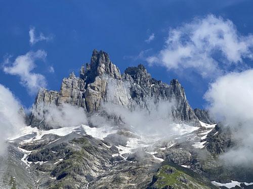 OK, da hoch führt der Äbnet Wäg nicht. Doch die sensationelle Aussicht auf die Bergformation des Spannorts ist allgegenwärtig!