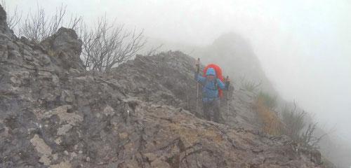 Steiler Aufstieg bei Regenschauer