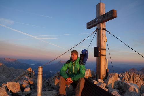 Sonnenaufgang am Gipfelkreuz: Ein Moment der unter die Haut geht.